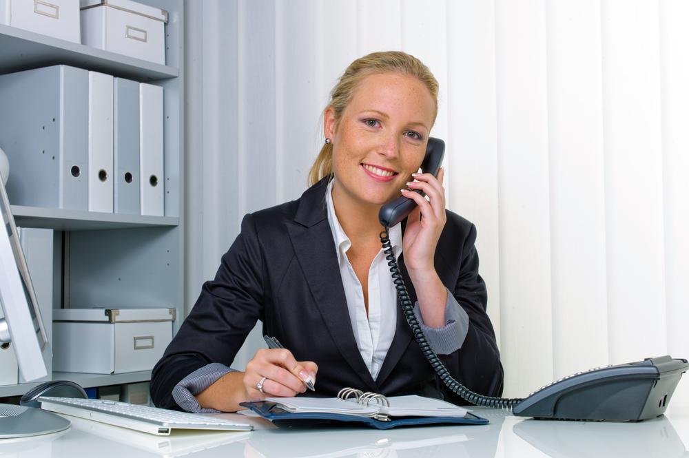 電話をかけるビジネスウーマン