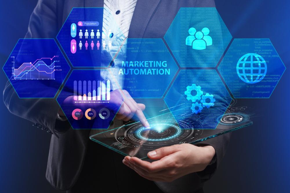 タブレットPCからマーケティングオートメーションの文字を表示させているビジネスパーソン