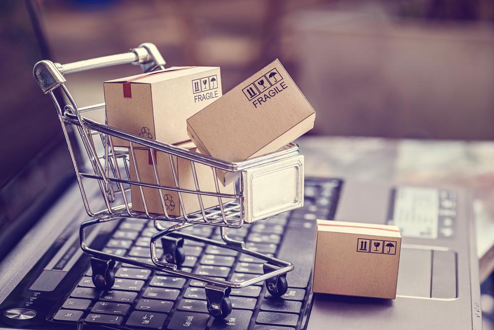 小さな買い物かごから段ボールがこぼれる
